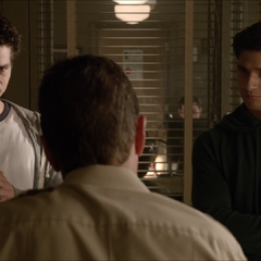 Stiles et Scott discutent avec le shérif Stilinski à propos de ce qu'il est arrivé à Derek.