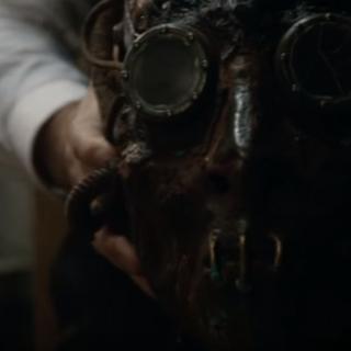 Le masque dans les mains de Vallack