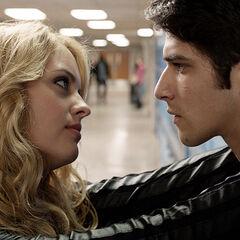 Erica flirt avec Scott devant Allison