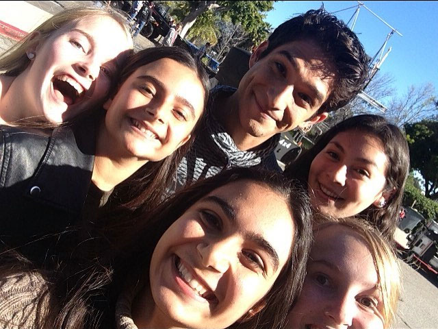 Fichier:Teen-Wolf-Season-6-Behind-the-Scenes-Pacific-Pali-high-school-location-tyler-posey-fans.jpg