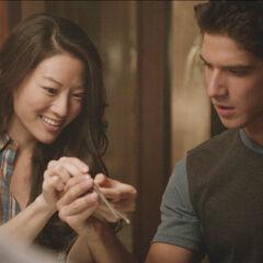 Kira montrant à Scott comment se servir de baguettes