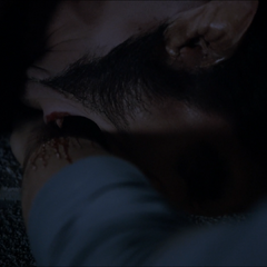 Scott mord Liam pour l'empêcher de tomber dans le vide.