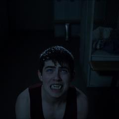 Flashback: Derek luttant contre la transformation.