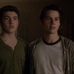 Derek et Stiles parlent avec M. McCall