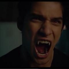 Scott rugissant sur les jumeaux pour qu'ils lâchent Stiles