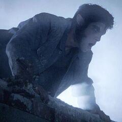 Flashback; Scott voit Derek tomber.