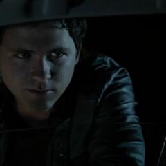 Matt a la fenêtre de la voiture d'Allison