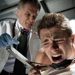 Le Dr. Conrad Fenris examine Jackson