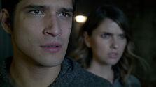Shelley-Hennig-Tyler-Posey-Malia-and-Scott-Teen-Wolf-Season-6-Episode-9-Memory-Found