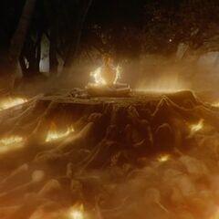 Der teilweise brennende Nemeton mit ebenfalls brennenden Leichen in der <a href=
