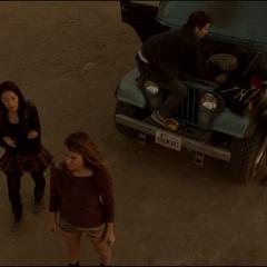Stiles essayant de réparer sa Jeep.