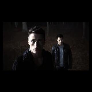 Jackson et Derek dans les bois.