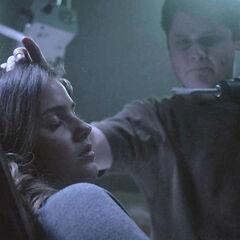 Oliver essayant de trouer la tête de Malia