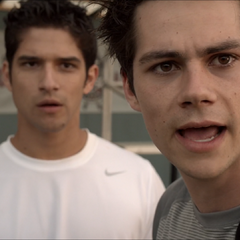 Discussion entre Stiles et Scott, ils s'étonnent de la performance de Liam.