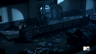3x02 Boyd and Cora escape from vault