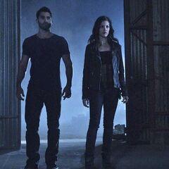 Jennifer arrive avec Derek pour affronter...