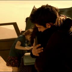 Kira fait un calin à Scott avant que celui-ci ne parte avec Braeden.