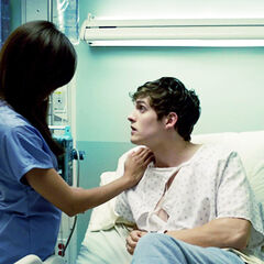 Kali, en infirmière dans la chambre d'hôpital d'Isaac