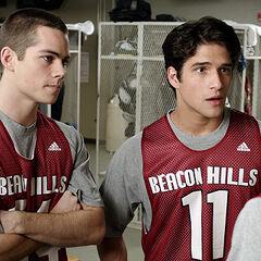 Stiles et Scott discutent avec Jackson
