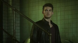 5x09 Theo in doctors lair