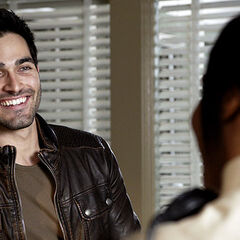 Derek charme une policière
