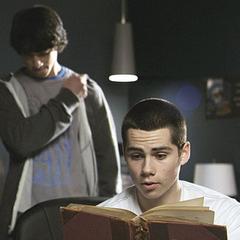Stiles liest Scott etwas über Werwölfe aus einem Buch vor