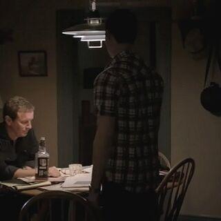 Stiles et son père dans la salle à manger
