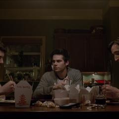 Derek, Stiles et le Rafael McCall à table.