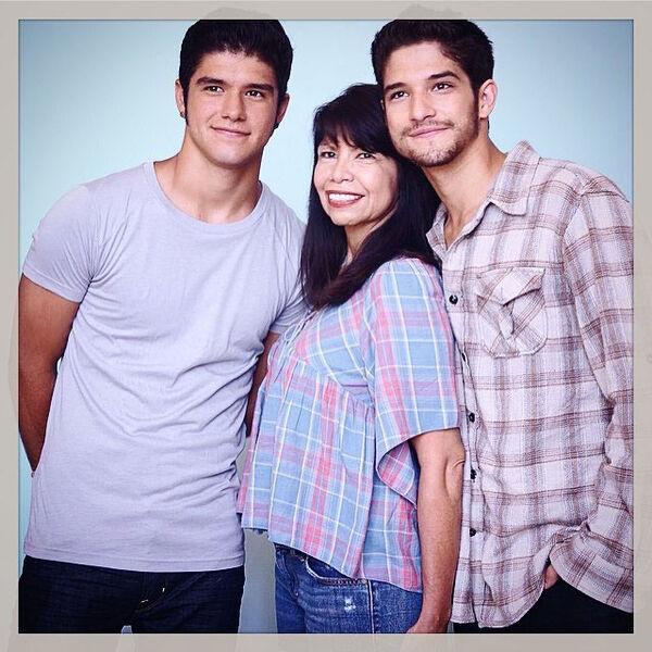 Cyndi-Garcia-Posey-Tyler-Posey-family-pic-Teen-Wolf-News