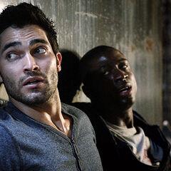 Derek dit à Boyd, mal en point, de partir