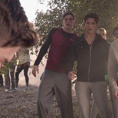 Ils sont interrompus par la découverte du corps de Kyle.