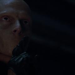 L'Astomi regarde Scott après avoir tué Sean avec son tomahawk.
