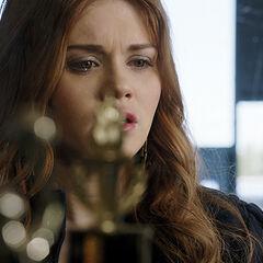 Lydia regarde les trophées de BHHS