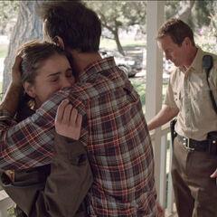Malia dans les bras de son père
