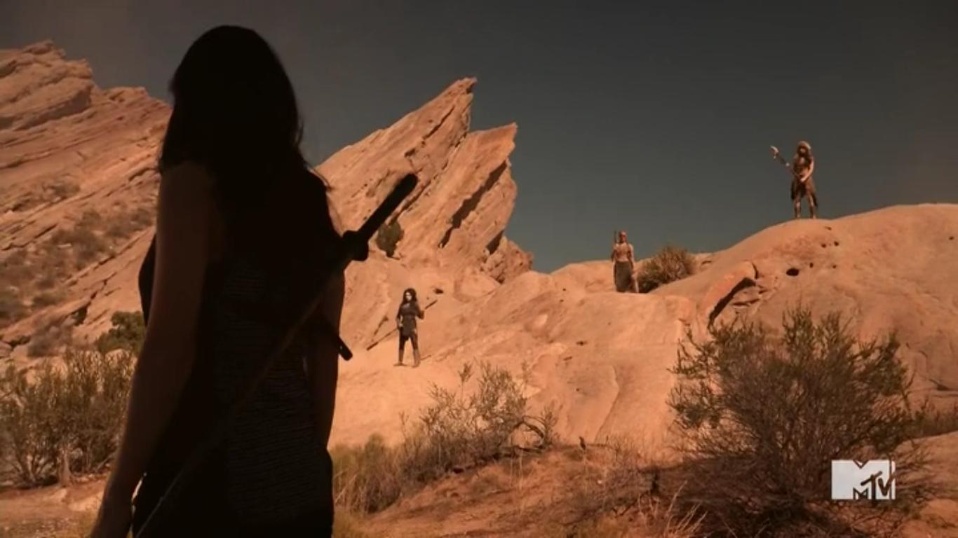 Datei:Teen Wolf Season 5 Episode 13 Codominance Skinwalkers overlooking Kira.png