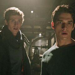 Isaac et Scott emportent Boyd et Cora ailleurs