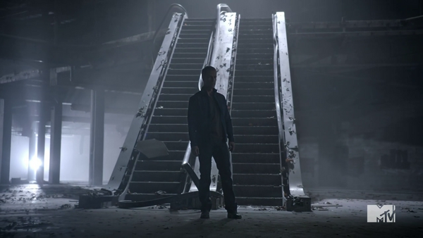 Teen Wolf Season 3 Episod 6 Motel California JR Bourne Chris Argent investigates mall battle