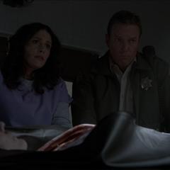 Melissa et le shérif Stilinski parlent du décès des membres de la famille Walcott.