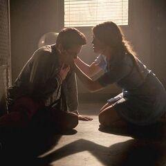 Lydia aide Stiles durant une crise de panique