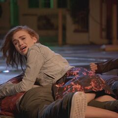 explosion, mais Lydia voit quelque chose...