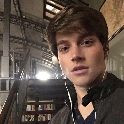 Photo de l'acteur sur le tournage.
