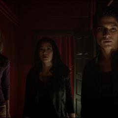 Malia, Kira et Scott dans une couloir de la discothèque.