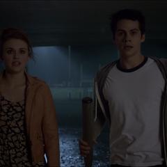 Stiles et Lydia arrivent à l'école pour aider leur meute.
