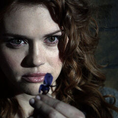 Lydia regarde une fleur de loup