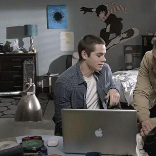 Stiles dans sa chambre avec Derek et Danny