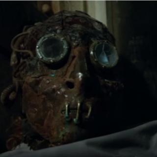 Le masque sur l'infirmière Cross