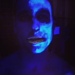 Test de maquillage à la lumière noir par Damon Jackson.