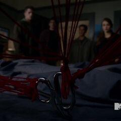 Les fils rouges dans la chambre de Stiles