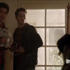Scott et Stiles font face à un chien.