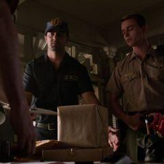Parrish mit einem Lieferanten, als er die Pakete <a href=